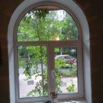 нестандартное пластиковое окно арочной формы в квартире